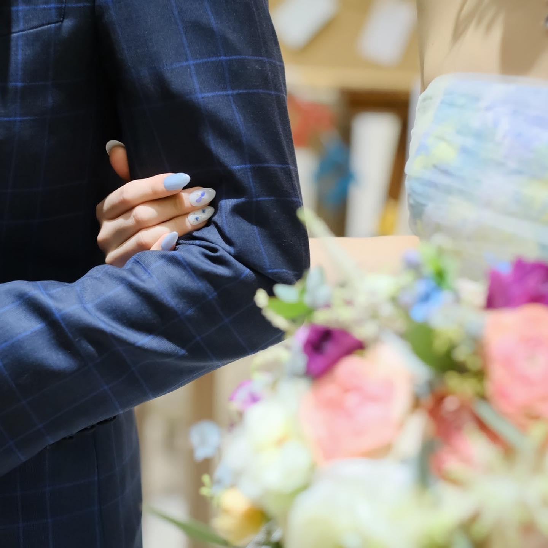 .おはようございます旗です️.最近は4:30か5:00に起こされるので早起きです🤱🏼💭.ブライダル編、今回はブルーを基調にされたブライダルネイルです🏼オーダーチップで作成させて頂きました〜!可愛い🤤.#somethingblue 幸せを呼ぶ色とされている青.ウェディングドレスにも水色のカラードレスにもマッチしていて素敵です😮🤍.オーダーチップなどお気軽にご相談ください!.#ニュアンスネイル#押し花ネイル#シェルネイル#ネイルデザイン#ブライダルネイル#ネイル#ネイルデザイン2021#ブルーネイル#水色ネイル#乳白色ネイル#ウェディングネイル#オーダーチップ#大理石ネイル#結婚式#サムシングブルー#カラードレス#ウェディングドレス#ブーケ#カラーブーケ##ブライダル#結婚指輪#nail#nails#wedding #naildesign#nailstagram #신부네일#네일